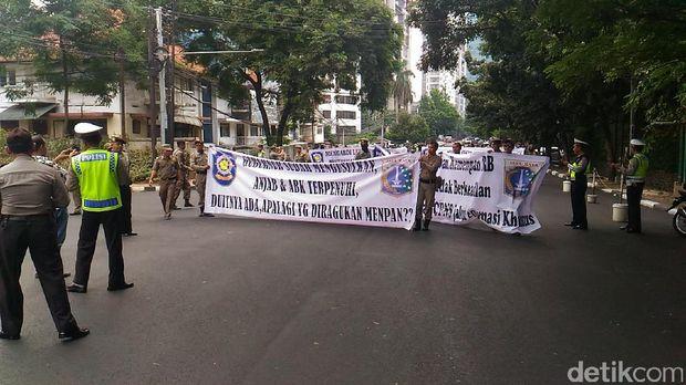 Satpol PP dan Dishub DKI menuntut untuk diangkat menjadi PNS