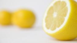 Saat ke restoran dan memesan air, cola, atau mocktails pasti disuguhkan dengan hiasan irisan lemon. Meskipun tampak tidak berbahaya, namun tidak demikian.