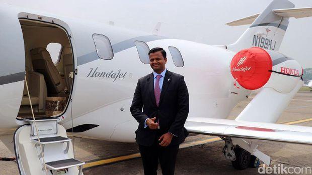 Vishal V. Hiremath berpose dengan HondaJet yang baru mendarat di Halim
