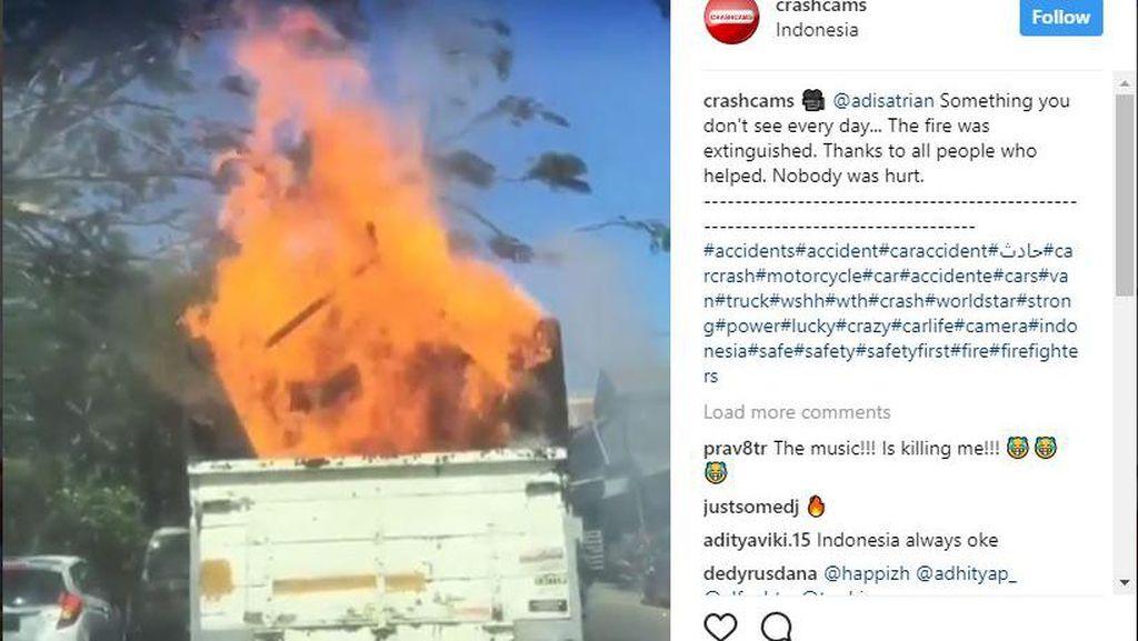 Gawat! Truk Berjalan dengan Api Besar di Bagian Baknya