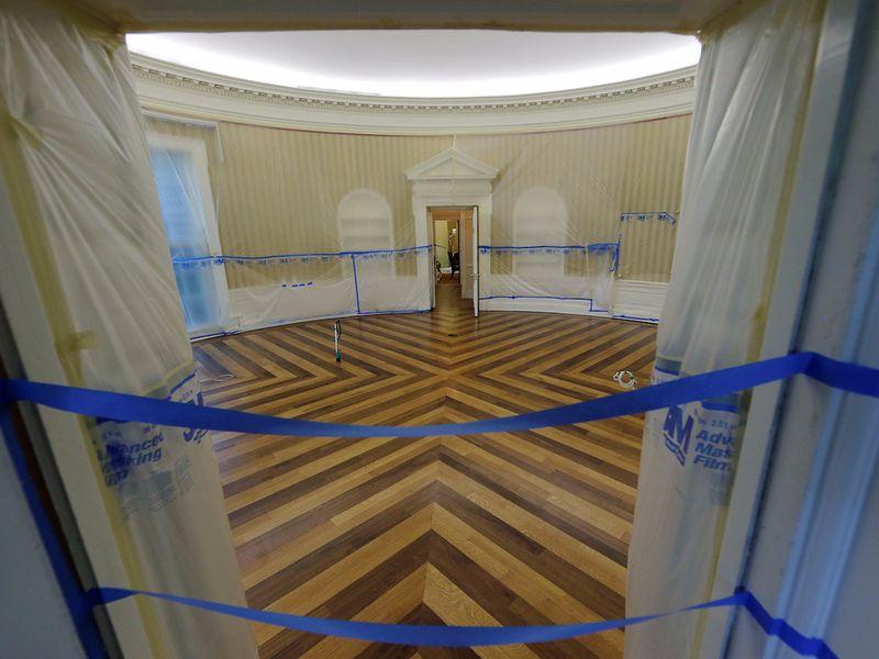 White House alias Gedung Putih adalah pusat pemerintahan Amerika Serikat. Sejak dibangun pada 1789, gedung ini sudah beberapa kali mengalami renovasi, termasuk yang dilakukan awal bulan Agustus lalu. Tampak Ruang Oval Gedung Putih ditutup selama proses renovasi (Jim Bourg/Reuters)