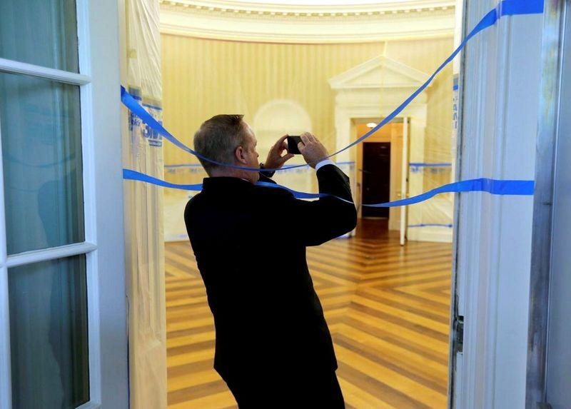 Sean Spicer, Kepala Biro Pers White House tampak mengecek progress dari renovasi ini. Proses renovasi memakan waktu selama kurang lebih 17 hari (Jim Bourg/Reuters)