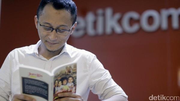Tulis Novel Jomblo, Dari Mana Adhitya Mulya Dapat Inspirasi?