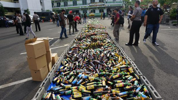 Satu bulan hampir kurang lebih 7.000 botol miras disita.