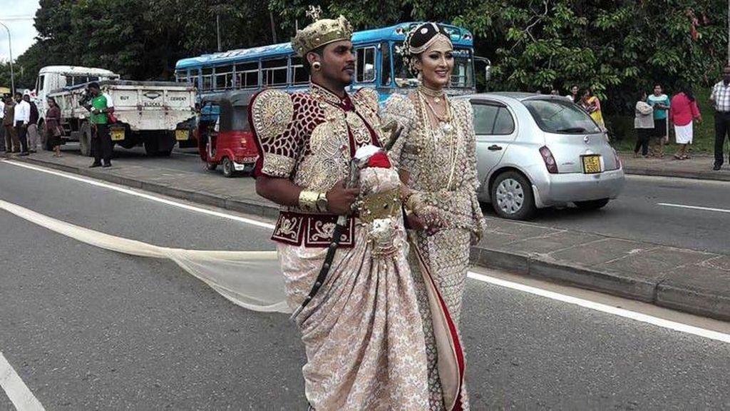 Pengantin Ini Dipolisikan karena Gaun Mempelai Wanitanya Mencapai 3,2 Km