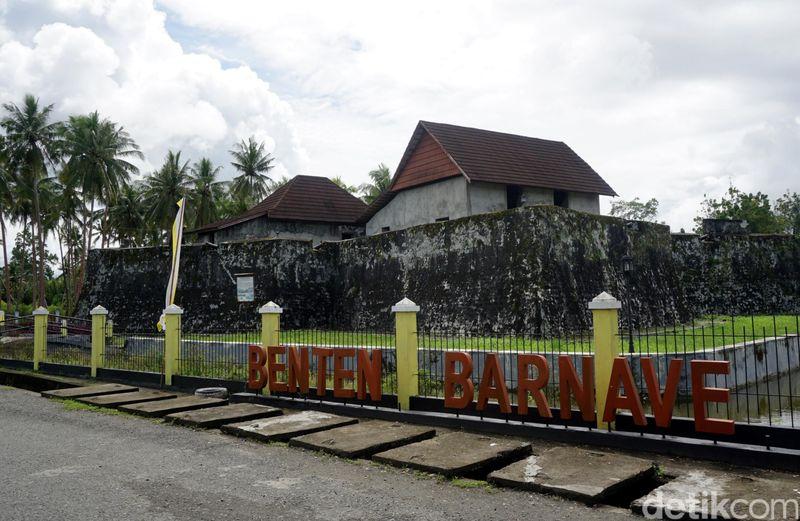Benteng Barnaveld adalah benteng kecil yang terletak di Pulau Bacan, Maluku Utara. Benteng ini pernah diperebutkan oleh 3 negara, yaitu Portugis, Spanyol dan juga Belanda. Pada akhirnya, Belanda lah yang menguasai benteng ini (Wahyu/detikTravel)