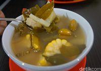 Sayur asem yang segar makin enak dipadu dengan nasi dan ayam bakar balibul.