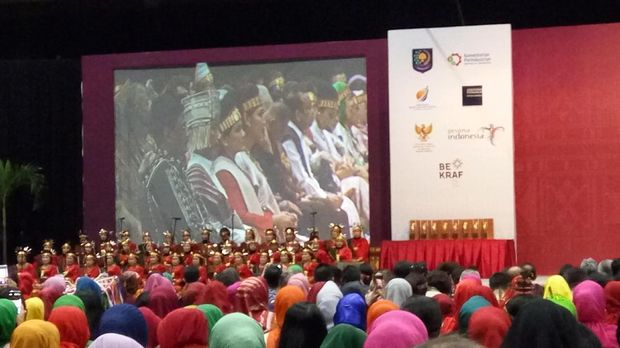 Horas! Jokowi Pakai Baju Adat Batak di Acara Dekranas