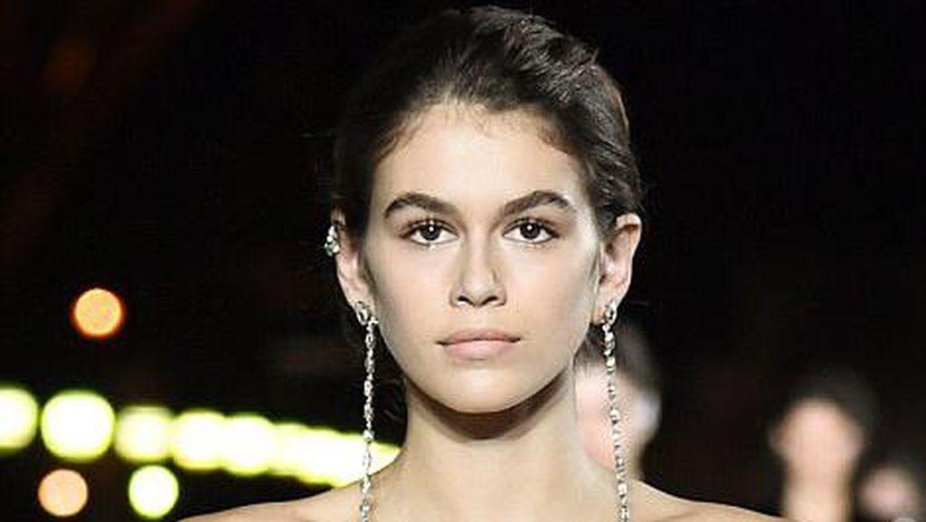 Kecantikan Putri Cindy Crawford Curi Perhatian di Paris Fashion Week