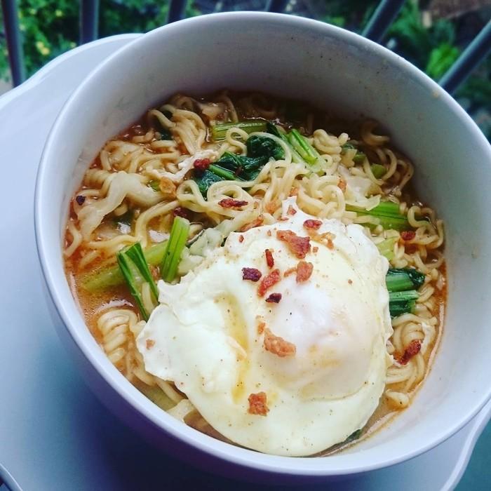 Pengguna Instagram @irnagerraf membuat sajian mie rebus dengan tambahan sawi dan telur. Ditambah bawang goreng, tampilannya makin menggoda dan pasti cocok jadi penghangat tubuh malam ini. Foto: Instagram @irnagerraf