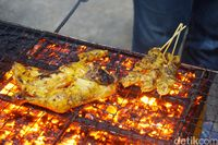 Aromanya gurih enak! Ayam bakar dengan olesan bumbu enak dan sambal kecap.