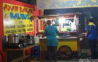 Suasana tempat makan di kedai Ayam Bakar Balibul.