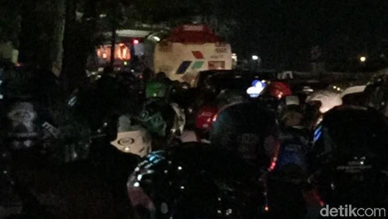 Mobil Terbakar di Kuningan, Lalin ke Arah Mampang Macet