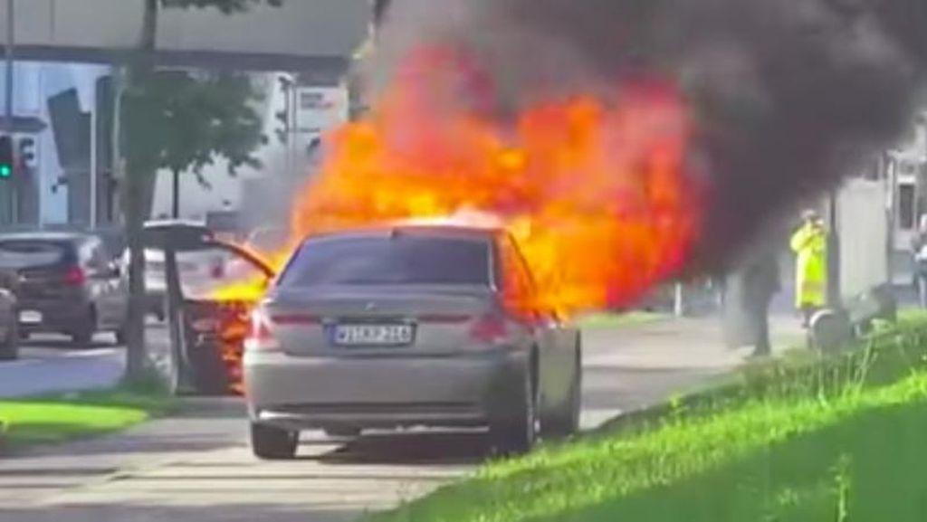 Protes Mobil Rusak Tak Digubris, Pria Ini Bakar Mobilnya