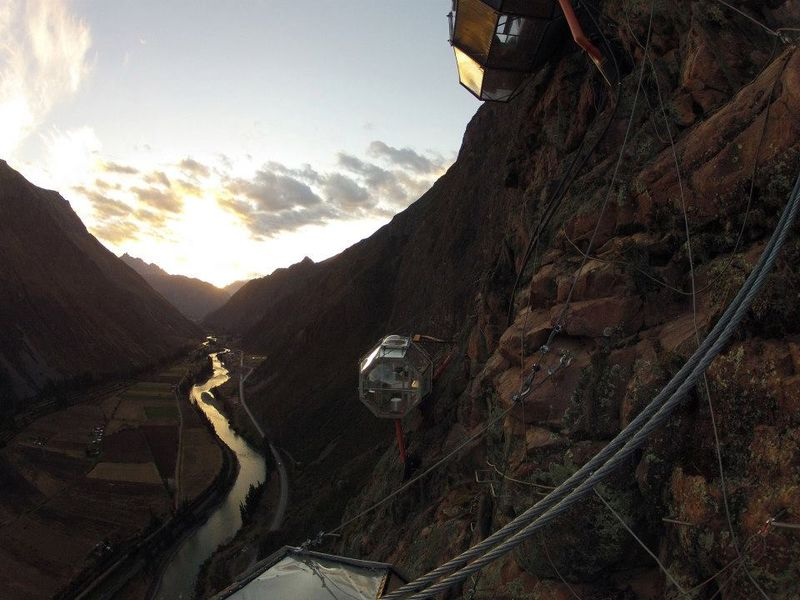 Paket menginap anti mainstrim ini ditawarkan oleh operator tur panjat tebing, Natura Vive di Peru (Dok. Skylodge Adventure Suites/Facebook)