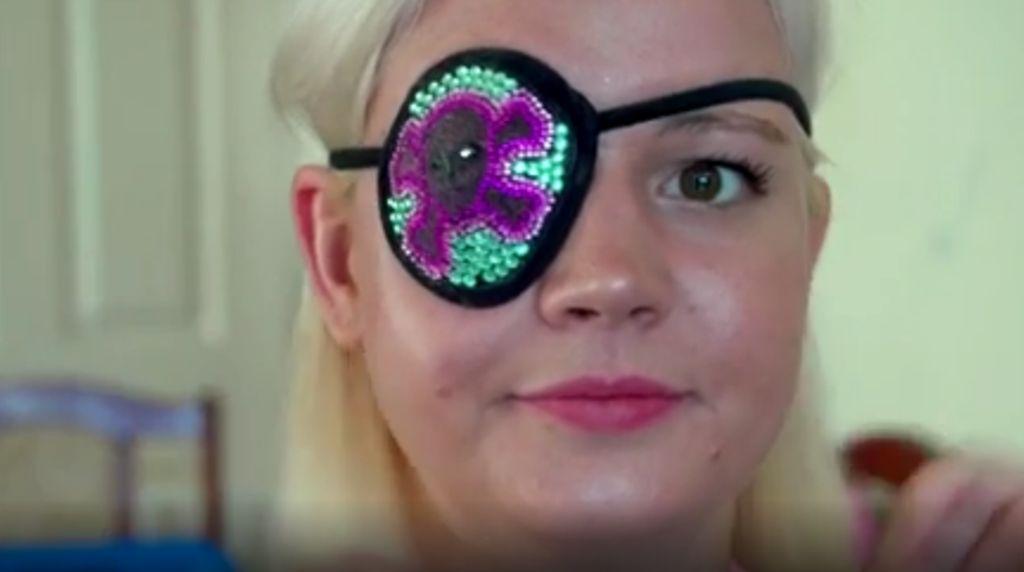 Kehilangan Bola Mata, Wanita Ini Kreasikan Masker Mata Lucu