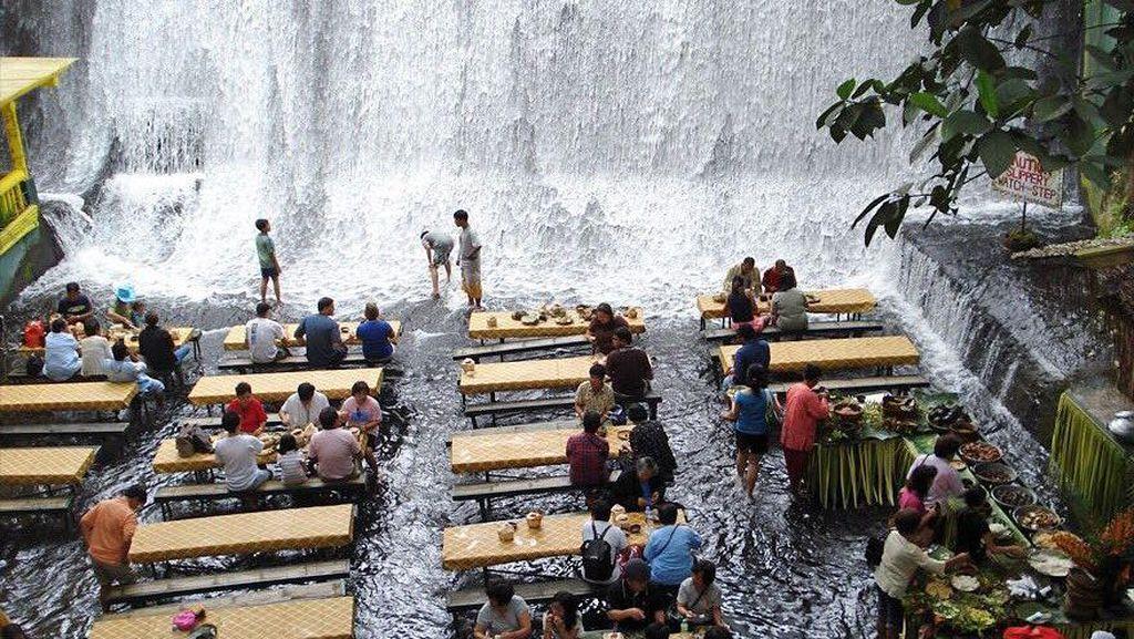 Foto: Wisata Kuliner Unik di Bawah Air Terjun