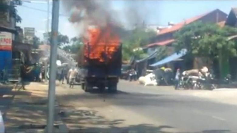 Truk Terbakar, Puluhan Sepeda Angin yang Diangkut Gosong