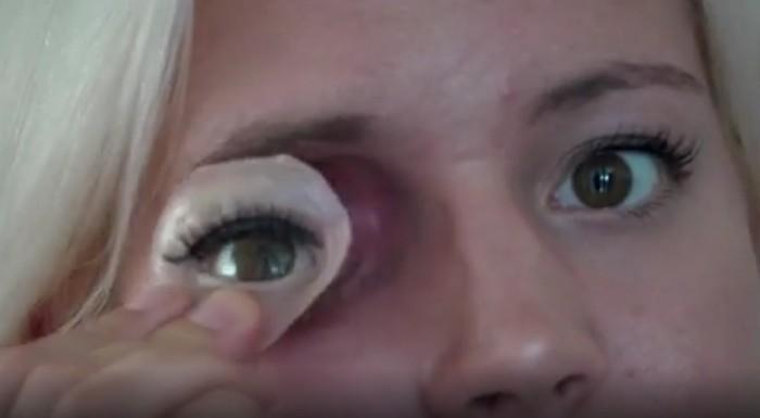 Akibat kanker kelenjar air mata yang dideritanya, Crews harus menjalani pengangkatan bola mata kanannya 2016 silam. Untuk menutupi cacat tersebut, Toni membuat model silikon menyerupai matanya atau menggunakan masker penutup mata. Foto: BBC