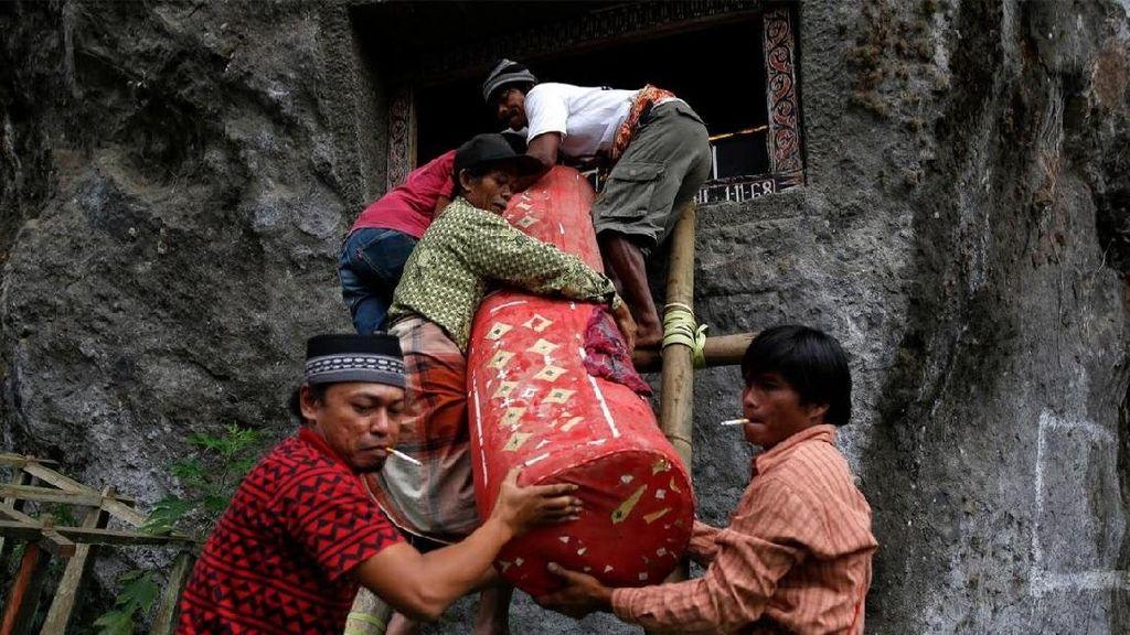 Tradisi Bersih Makam dan Ganti Baju Jenazah di Toraja