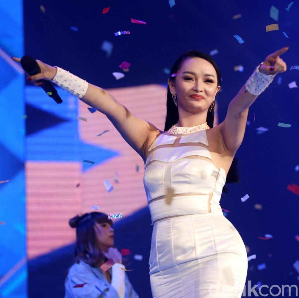 Zaskia Gotik Cs Bawakan Lagu Via Vallen, Netizen: Lagunya Payung Teduh Dong!