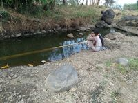 Seorang warga hendak mengambil air di embung