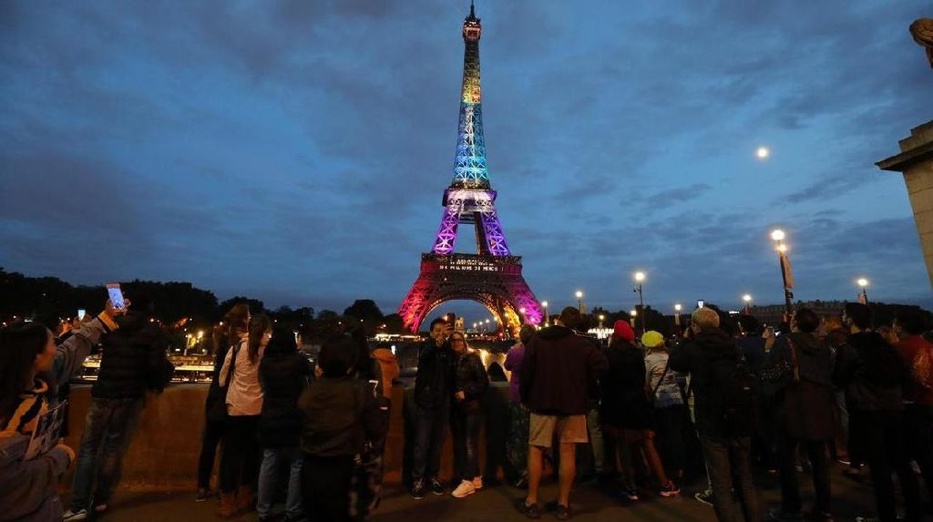 Video: Hormati Korban Penembakan Las Vegas, Lampu Eiffel Dimatikan