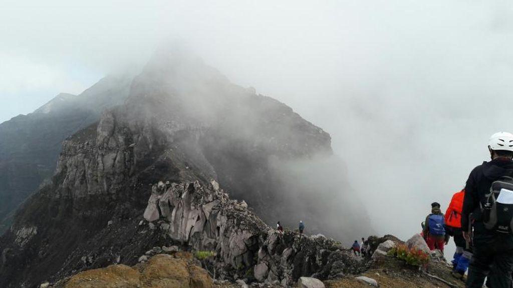 Pendaki Gunung Raung yang Hilang Ditemukan di Puncak Tusuk Gigi