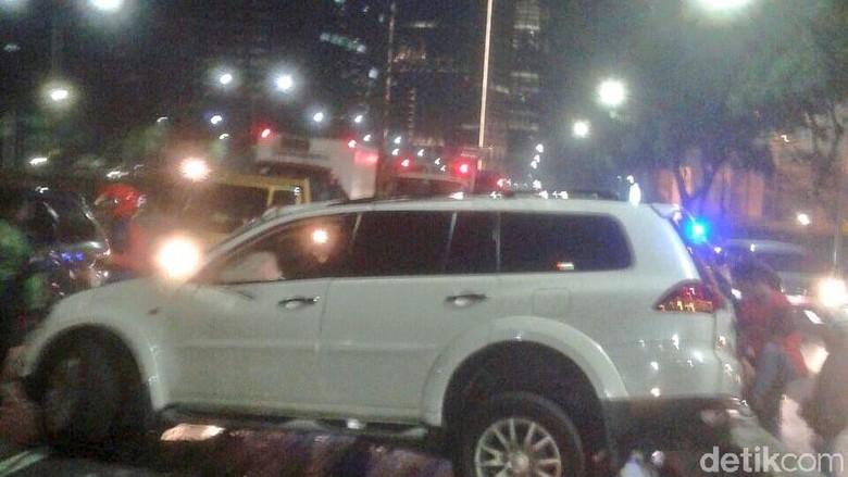 Pajero Tabrak Pembatas Jalan di Depan Balai Kartini