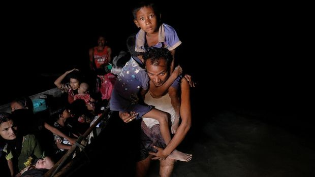 Pengungsi Rohingya tiba di Bangladesh dengan perahu