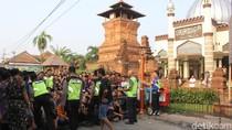 Berebut Nasi Jangkrik Penuh Berkah di Masjid Menara Kudus