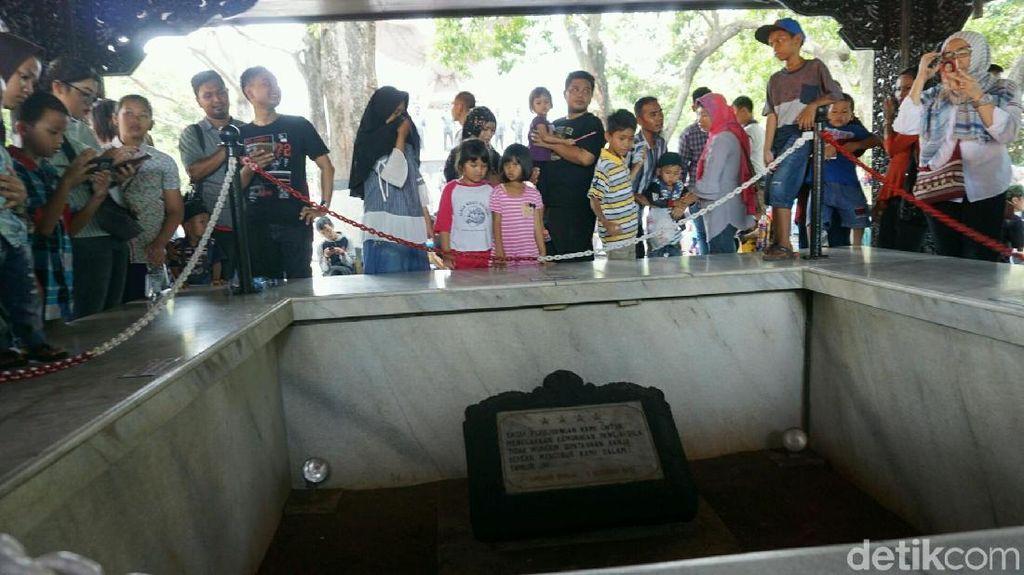 Warga Ramai-ramai Berkunjung ke Monumen Pancasila Sakti