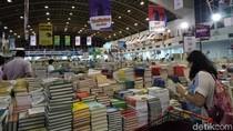 Warga Jatim Rela Datang Subuh Demi Buku yang Diincarnya