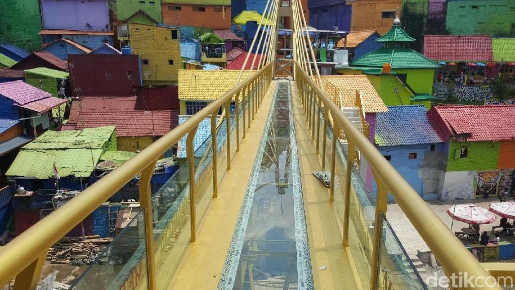 Kampung Warna-warni Malang Sekarang Punya Jembatan Kaca