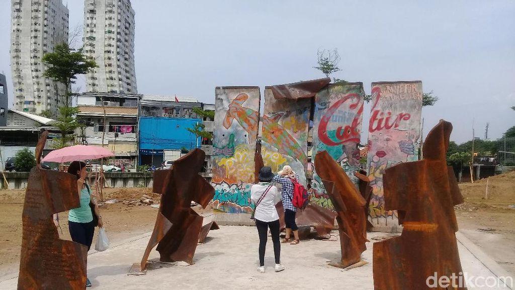 Panas-panasan, Warga Penasaran Lihat Tembok Berlin di Kalijodo