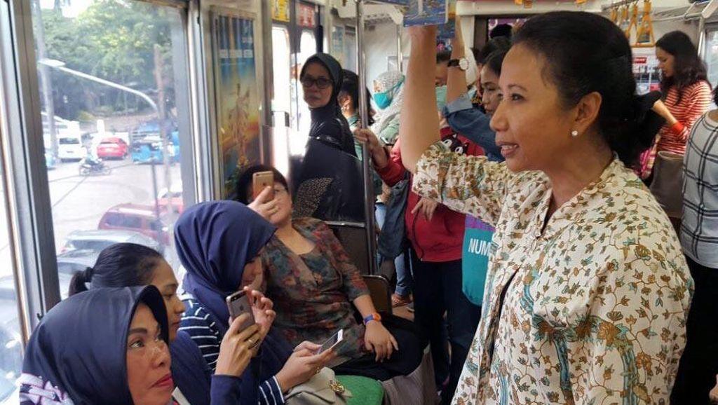 Menteri Rini Naik Commuter Line