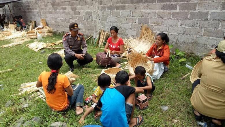 Polsek Sidemen Ajak Pengungsi Tetap Produktif Membuat Kerajinan