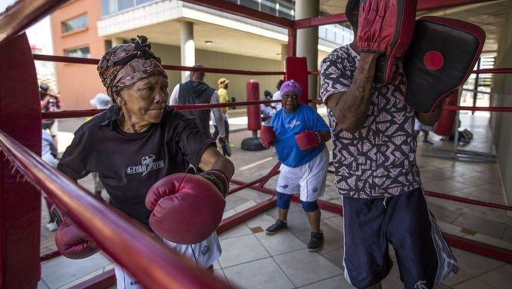 Foto: Tinju Buat Nenek-nenek