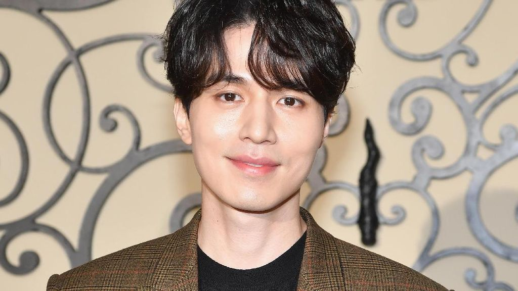 Foto: Tampannya Bintang Goblin Lee Dong Wook di Paris Fashion Week