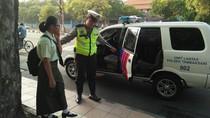 Aksi Polisi Ketika Sopir Angkot di Surabaya Mogok