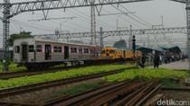 Gerbong KRL yang Anjlok Ditarik Kereta Penolong ke Manggarai