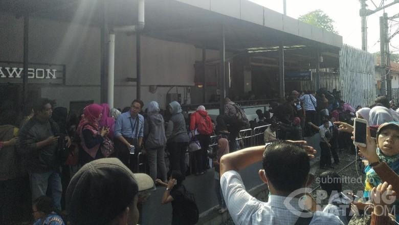 KRL Anjlok, Penumpang Tertahan 20 Menit Lalu Jalan Kaki