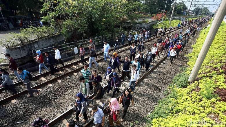 Foto: Ramai-ramai Berjalan di Lintasan Kereta