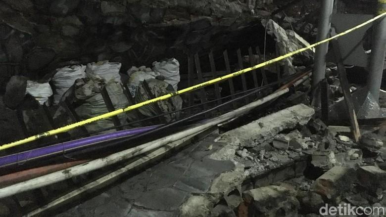 Tembok Pembatas di Polda Metro Roboh, Mobil dan Motor Tertimpa
