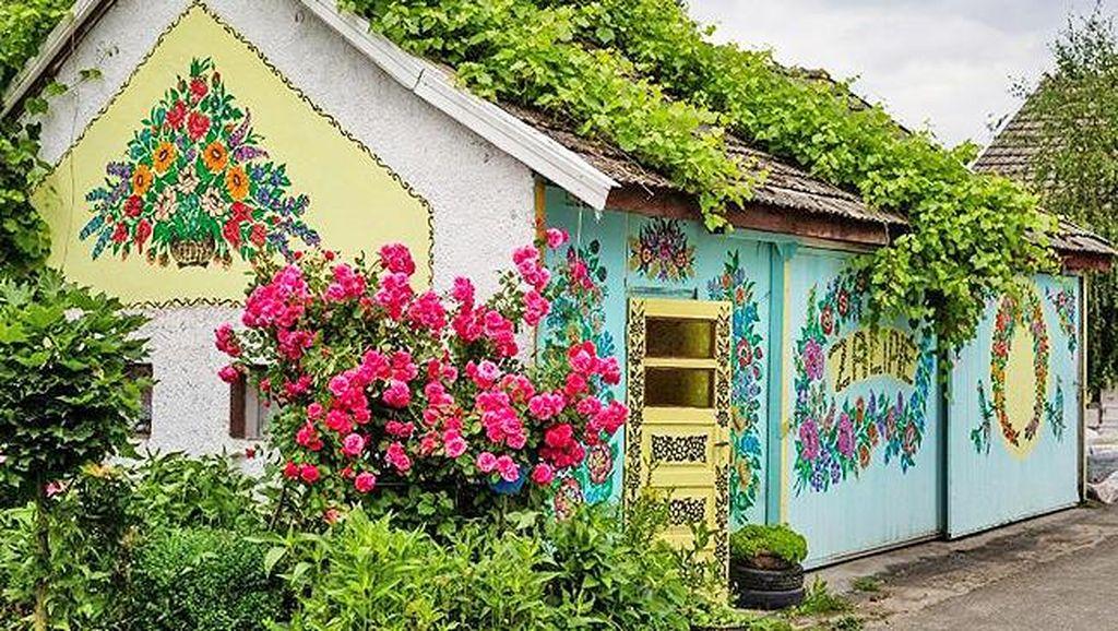 Foto: Desa yang Dipenuhi Lukisan Bunga