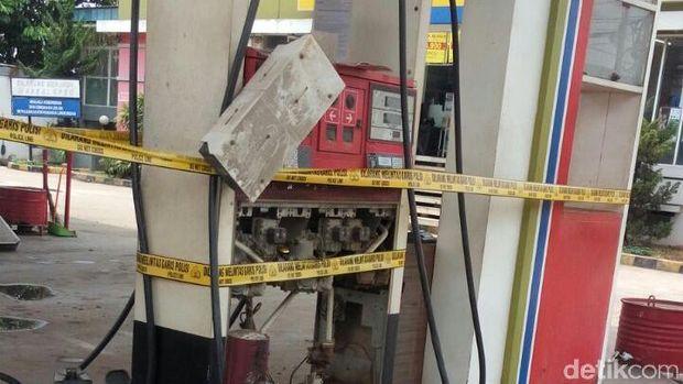 Selain mesin pengisian BBM, garis polisi juga dipasang di pintu masuk dan keluar SPBU