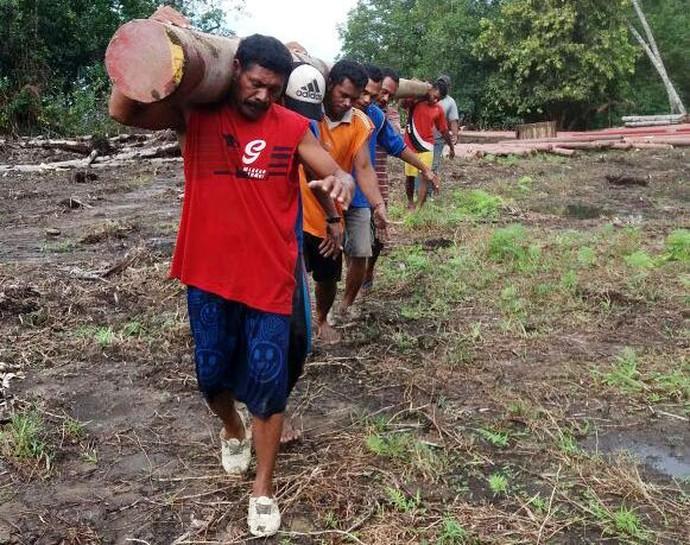 Lewat Pantai Hingga Masuk Hutan, Perjuangan Terangi Desa di Maluku