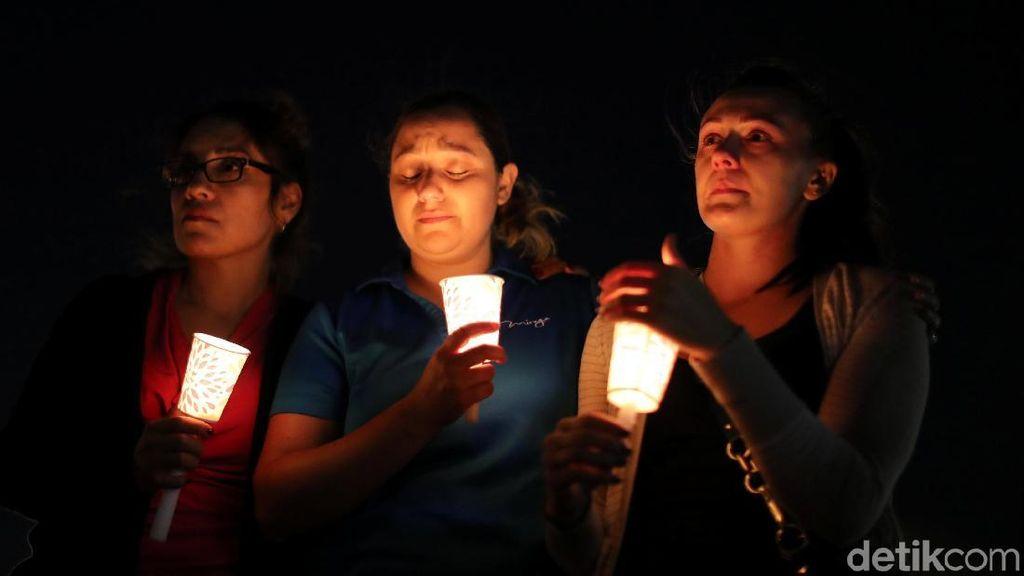 Lilin dan Bunga untuk Korban Penembakan