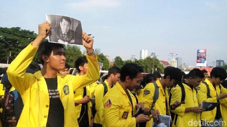 Demo Tuntut Pansus Angket Mahasiswa - Jakarta Aksi lempar koin dilakukan mahasiswa Universitas Indonesia yang berdemonstrasi di depan gedung Demonstran menuntut agar Pansus Angket