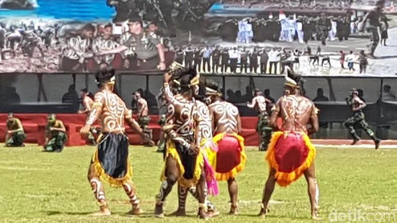 Tentara Berbaju Adat Papua di - Jayapura HUT semua tentara tampil Namun di ada yang tampil dengan baju HUT TNI Kodam dilaksanakan di Markas